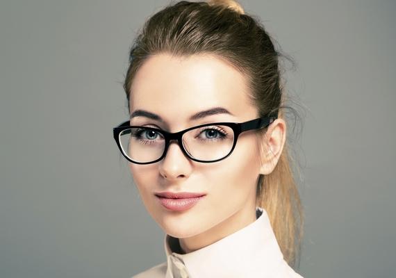 """""""Régen nem tetszettek az okos lányok, de mióta egyetemre járok, azt vettem észre, hogy sokkal jobban bejön, ha valakinek a külsején is látszik, hogy értelmes. Van egy ilyen típus, amit úgy tudnék leírni, hogy szemüveg, hátrakötött haj, nagyon kevés smink és blúz."""""""
