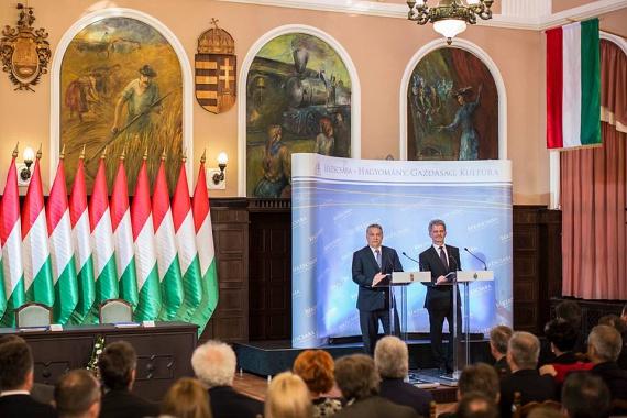 Orbán áprilisban Békéscsabán járt, ahol több mint 30 milliárd forintból valósulhatnak meg fejlesztések. 12 milliárdot szánnak például a hűtőházra, 5,2 milliárdot a vásárcsarnok bővítésére, 4,1 milliárdot pedig a reptér fejlesztésére. Orbán szívügyére, a sportra is szépen jutott: 3,2 milliárdból sportcentrum létesül, további 3 milliárdból egy 50 méteres versenyuszoda, 900 millióból pedig röplabda-akadémia. Az uszoda egyébként visszatérő elem az ígéretek között.