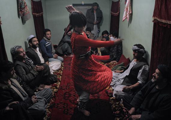 d83ef54c65 Afganisztánban a mai napig sokszor fiatal fiúk tanítják táncolni a gazdag  férfiakat, női ruhába bújva