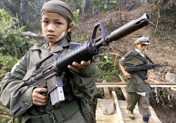 A világon ma számos olyan ország van, ahol gyerekeket kényszerítenek arra, hogy fegyvert ragadjanak. Szomáliában például vannak olyan gyerekek, akiket háborús bűnökkel vádolnak meg.