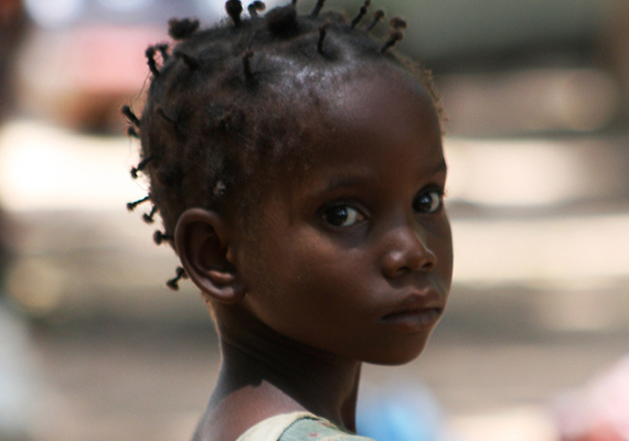 Nyugat-Afrikában egyfajta spirituális rabszolgaság dívik bizonyos vallási körökben, a fogva tartott gyerekeket az istenek rabszolgáinak nevezik. Ők általában lányok, akiket a családjuk által elkövetett bűnök miatti vezekelnek ily módon, ki vannak téve a papok általi szexuális erőszaknak, és kemény munkát kell végezniük. Ha valamelyikük életét veszti a szolgaság ideje alatt, a családnak egy új szűz lányt kell küldenie helyette.