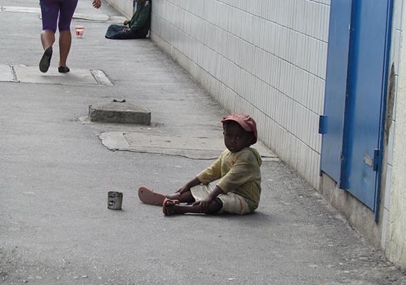 Nem minden gyerek koldul önszántából az utcán egy kis pénz vagy élelem reményében. Az afrikai Szenegálban például nagyjából ötvenezer gyermek kéreget az utcákon. A szenegáli gyerekeket általában nem hivatalos vallási iskolába íratják, ahol a vallási vezetők sokszor kihasználják őket, és rákényszerítik a koldulásra. A négy és 14 év közötti gyerekek, ha üres kézzel vagy kevesebb pénzzel térnek vissza, súlyos veréseket és egyéb büntetéseket kapnak a vezetőtől.