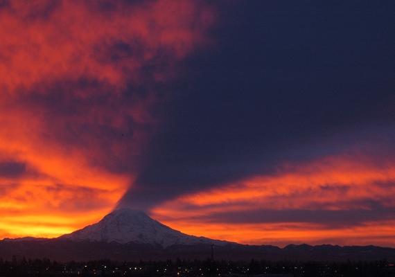A magyarázat egyszerű: a felkelő nap úgy világítja meg a hegycsúcsot, hogy az - felhős időben - az égre vetíti árnyékát.