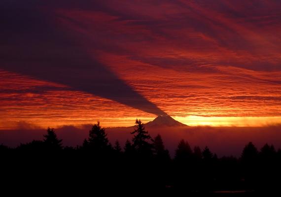Íme, a Rainer-hegy a felette sötétlő árnyékkal: az összkép egy fordított reflektorfényhez hasonlít.