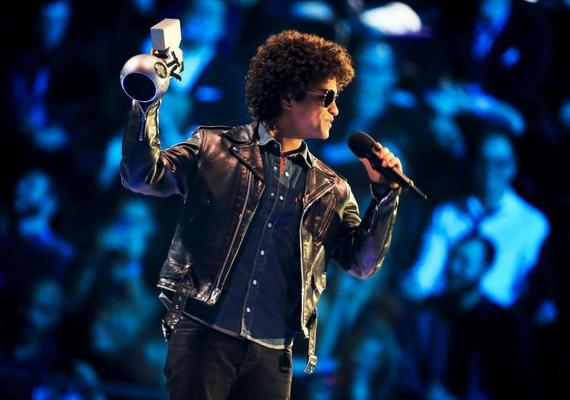 A legjobb dal díja Locked Out Of Heaven című fülbemászó slágeréért a múlt csütörtökön Budapesten koncertező Bruno Mars kezében landolt.