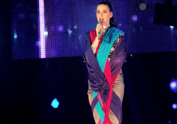 Katy Perry lett A legjobb női előadó. A 29 éves énekesnő elképesztő színpadi látványt nyújtott, ahogy táncosai által tartott fantasztikus ruhakölteményében tíz méter magasan lebegve énekelte az Unconditionally-t.