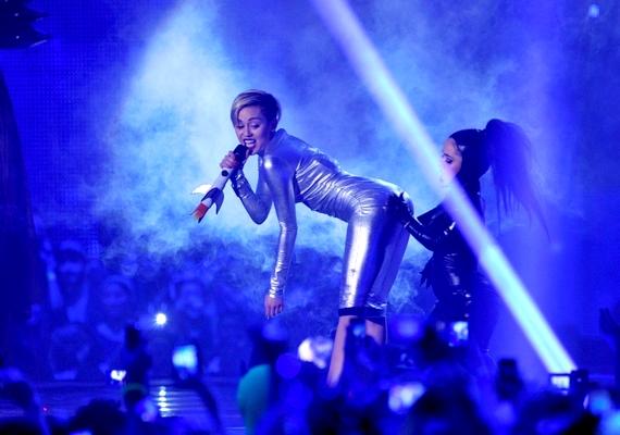 Az estét a stadion tetejéről leereszkedő űrhajódíszletből kiszállva a 20 éves Miley Cyrus nyitotta meg, aki egy rövid, de annál ízléstelenebb produkció - amelyben többek között egy Little Britney-nek becézett törpével énekelt - után átadta a szót a műsor házigazdájának, Redfoo-nak.Miley most sem hazudtolta meg magát: a legjobb videó díjával a kezében egyszerűen rágyújtott egy meglehetősen gyanús külsejű cigire, majd elsétált.