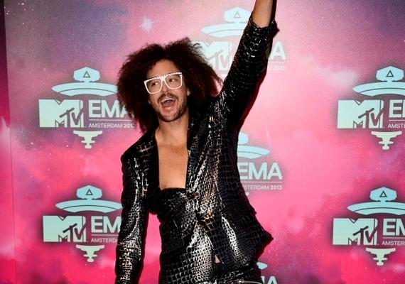 Az LMFAO extravagáns énekes-rappere híres különc stílusáról, őrületben pedig most sem volt hiány. Rögtön az est kezdetén úszónadrágra vetkőzött, majd minden egyes felbukkanásakor elképesztőbb öltözékben tűnt fel, mint bármelyik korábbi MTV EMA házigazda, sőt, crowd surfingelt egy szumóbirkózóval, és táncot lejtett a What Does The Fox Say duójával, a rókajelmezbe bújt Ylvis-szel is.