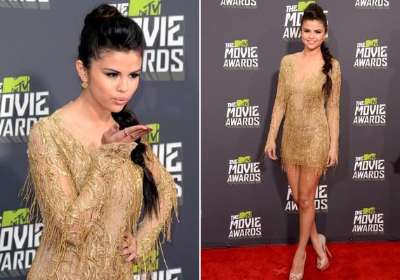Selena Gomez egy aranyszínűJulien Macdonald ruhában érkezett a díjátadóra.