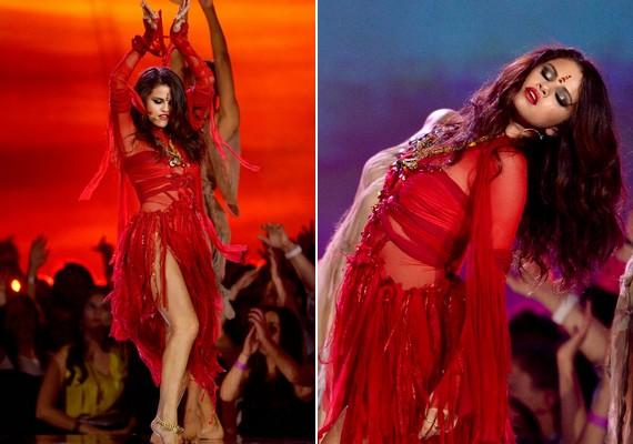 Később egy különleges tánc kíséretében mutatta be a Come and Get It című számot, és a fellépés időtartamára egy teljesen más stílusú, piros ruhát választott.
