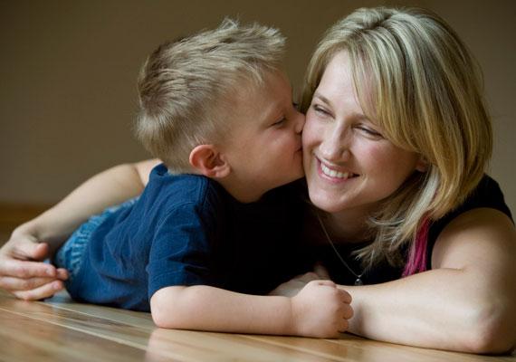 A gyerek kétéves koráig kapható a gyermekgondozási díj, ami mellett a gyerek egyéves szülinapja előtt még nem lehet visszatérni a munkahelyre, utána viszont akár teljes munkaidőben is dolgozhat az anya. Ez alól is a nevelőszülő képez kivételt, aki korlátozás nélkül dolgozhat a támogatás mellett.