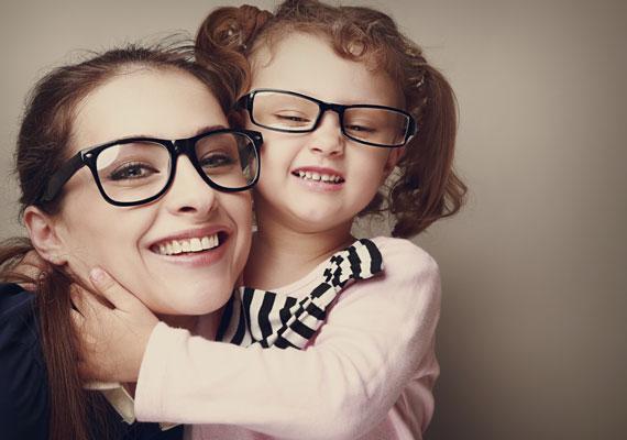 A gyermeknevelési támogatás a nagycsaládosok segítsége a legfiatalabb gyerek három- és nyolcéves kora közt. Az ilyen támogatást kapó szülő csak akkor dolgozhat teljes munkaidőben, ha otthon végzi a munkát, más esetben heti legfeljebb 30 órában dolgozhat.