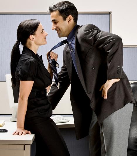 FlörtBármi is a szándékod vele, a munkahelyen, munkaidőben, munkatárssal történő flörtölés sok helyen jó ok lehet a kirúgásra, vagy legalábbis megadja a kezdőlökést. Nem képeznek kivételt ez alól a céges bulik, rendezvények sem!