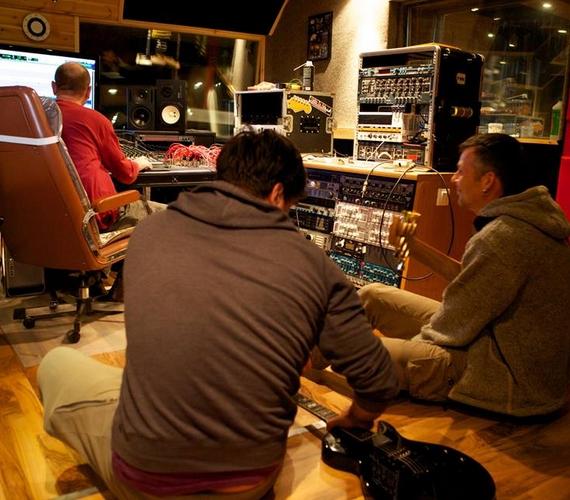 """""""Különleges hangulatú lesz a bandám lemeze"""" - ígérte a rajongóknak az énekes a Facebookon."""