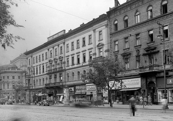 1952, Erzsébet körút, háttérben a Nemzeti Színház.1950 és 1990 között az egész körutat Lenin körútnak hívták.