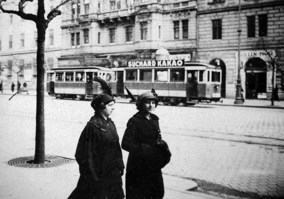 A Ferenc körút 1924-ben, balra a Mária Terézia laktanya, szemben a 43-as számú ház.