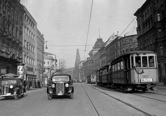 A József körút a Rákóczi út felé nézve, autókkal és villamossal, 1950-ben.