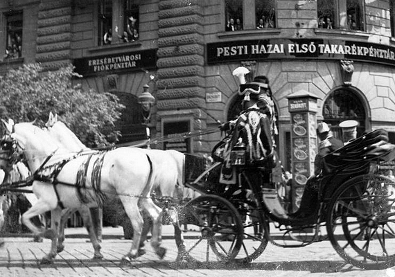 Különleges pillanat 1936-ból: az Erzsébet körút és a Rákóczi út sarkán elhaladó hintóban III. Viktor Emánuel olasz király és Horthy Miklós kormányzó ülnek.