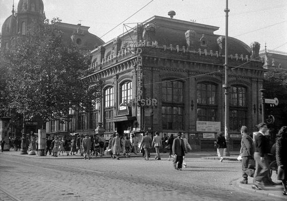Teréz körút, Nyugati pályaudvar, étterem, 1950. Nagy volt a gyalogosforgalom.