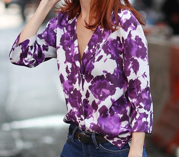 A feltűnő, sűrű mintás, például virágos selyemblúzok már nem csak 60 felett divatosak! A nadrágba tűrve az sem látszik, ha esetleg nem karcsúsított a ruhadarab fazonja.