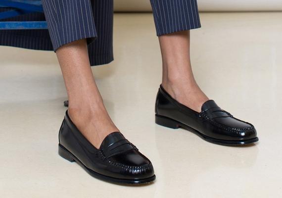 A kiegészítők terén is öregszik a divat: a balerinacipőket felváltják a mokaszin fazonú lábbelik, mind a lakk-, mind a vászoncipőket illetően.