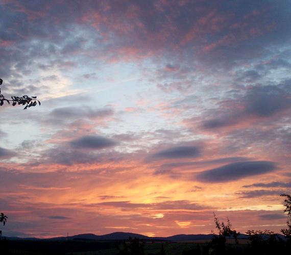Naplemente a Bükk hegyei felett a Borsod megyei Sályban, a fotós szüleinek kertjéből nézve.