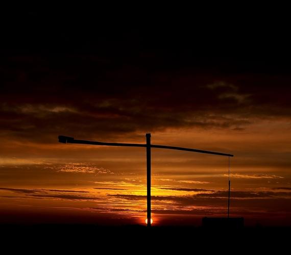 Gémeskút a pusztában Hortobágy közelében naplementekor: a kép február utolsó szombatján készült.