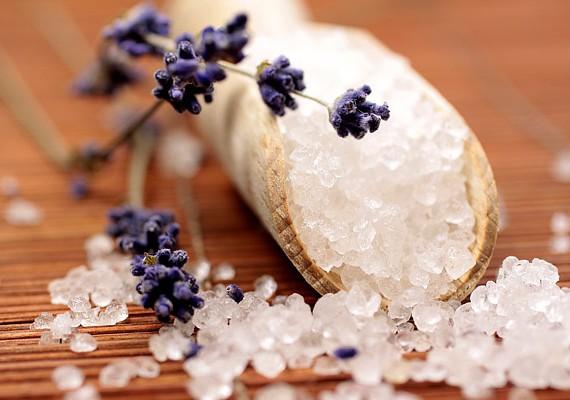 Ha heti kétszer, az esti fürdés alkalmával átradírozod a bőrödet egy kevés vízzel vegyített tengeri sóval, sokat teszel a cellulitisz ellen.