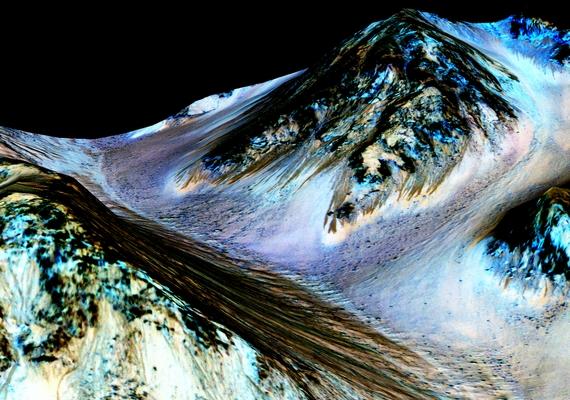 Rendkívüli sajtótájékoztatón tette meg a NASA tavaly szeptemberben az év bejelentését: néhány napos feszültségkeltés után nyilvánosságra hozták, hogy folyékony, sós víz nyomaira bukkantak a Marson. Kiderült az is, hogy egykor a Földhöz hasonló viszonyok uralkodtak a vörös bolygón.