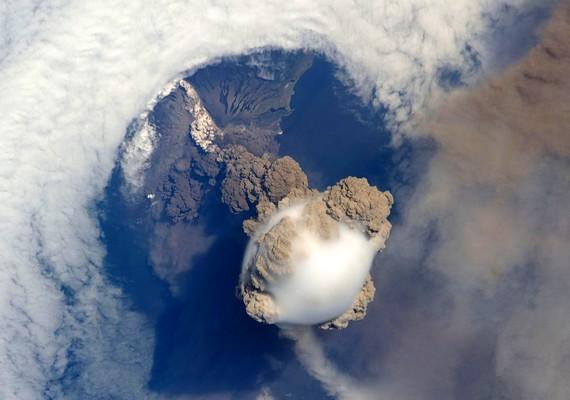 A kitörő Sarychev vulkán. Kattints ide a nagyobb felbontású képért! »