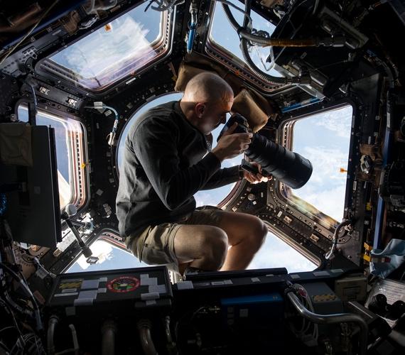 Chris Cassidy asztronauta éppen fotót készít a 250 mérfölddel alatta lévő Földről egy expedíció során.