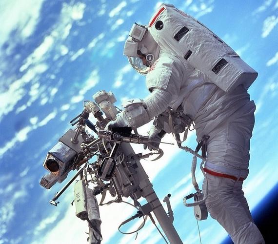 Steven L. Smith mérnök űrhajós a Hubble-teleszkóp karbantartását végzi.