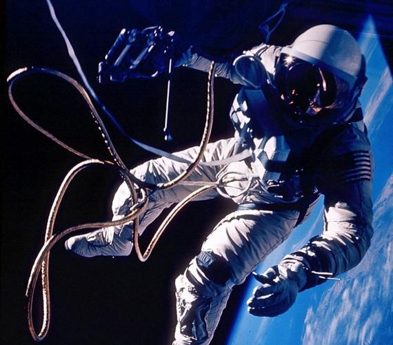 Az 1965-ös Gemini-4 küldetés során Ed White űrhajós a kézi manőverező egységgel lökte el magát a hajótól, és a nyolcméteres kötél segítségével húzódzkodott vissza. A fotót James McDivitt parancsnok készítette Új-Mexikó felett.