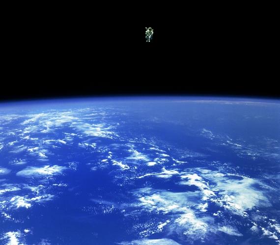 1984 decemberében a NASA dolgozója, Bruce McCandless olyan messzire merészkedett a biztonságot adó űrhajótól nitrogénmeghajtású hátizsákjával, mint azelőtt még soha senki. A fotón gyönyörűen kirajzolódik a Föld és a világűr kontrasztja.