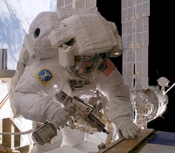 Sunita L. Williams fedélzeti mérnök külső munkálatokat végez az űrállomáson 2007 elején.