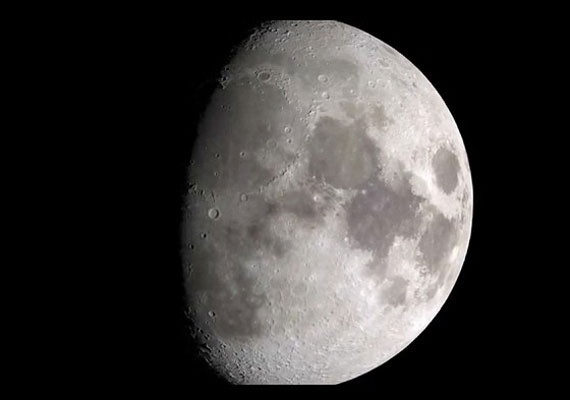 A videón nem csak közelebbről láthatjuk a Holdat, mint eddig valaha, de az örök sötétségbe vesző túloldal is feltárja titkait.
