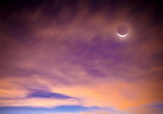 Ragyog a hold a felhős égbolton szeptember 8-án.