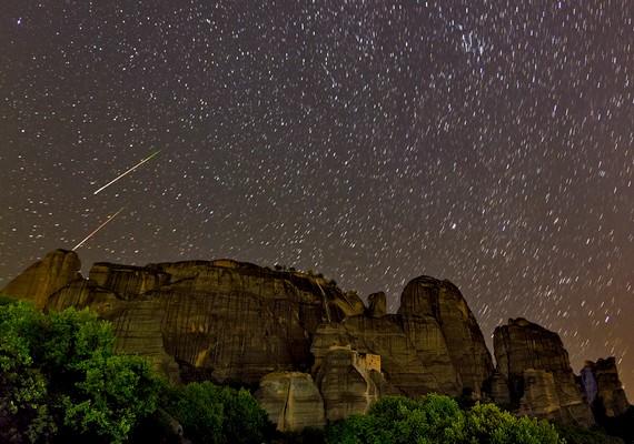 Perseida meteorok a görög Meteorák felett augusztus 7-én.