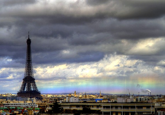 Szivárvány a horizonton Párizsnál március 27-én.