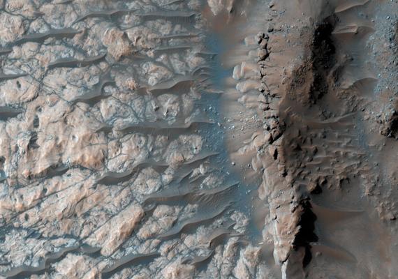 A Marson található Hellas-medencét egy nagy becsapódási kráter hozta létre. Íme, a kráter szélfútta hullámai! A nagy felbontású képet itt töltheted le! »