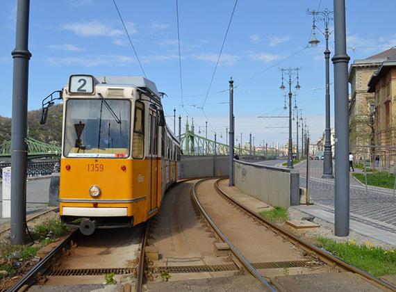 A 2-es villamost a Fővám téri állomásnál lesüllyesztették, így nem a felszínen jár. Itt egyedül a 83-as troli közlekedik, nagyjából június eleje óta.