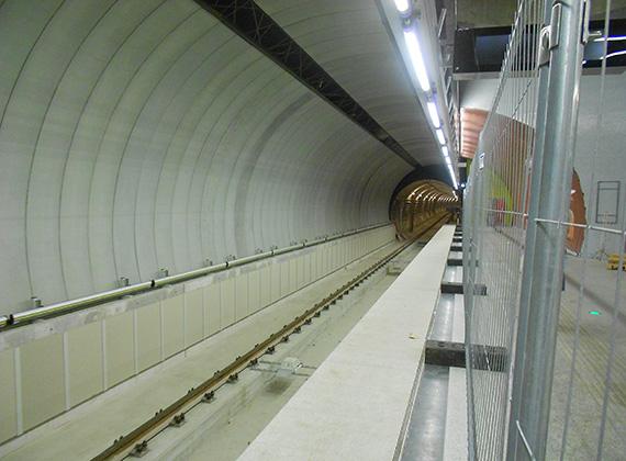 Mosó- és oltóvizeket elvezető rendszert is beépítettek az alagutakba.