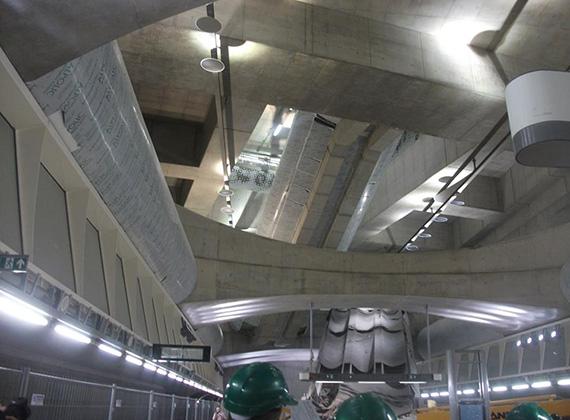 A 4-es metró vonalán hatalmas légterű állomásokat alakítottak ki, és ahol lehetett, a természetes fényt levitték az állomás szintjéig. A Fővám téri megálló kivételével mindenhol két lift áll az utasok rendelkezésére.