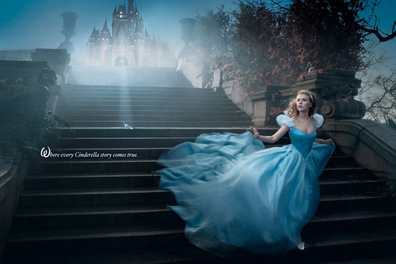 Miután az éjfélt is elütötte az óra, Hamupipőke Scharlett Johannsonként menekül a kastélyból.