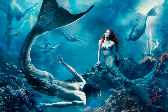 Julianne Moore kelti életre A kis hableány című mese legkisebb hercegnőjét, a fenti világról álmodozó Arielle-t.