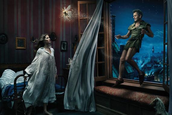 A képen Mikhail Baryshnikov Pán Péterként, Gisele Bündchen Wendyként, Tina Fey pedig Csingilingként látható.