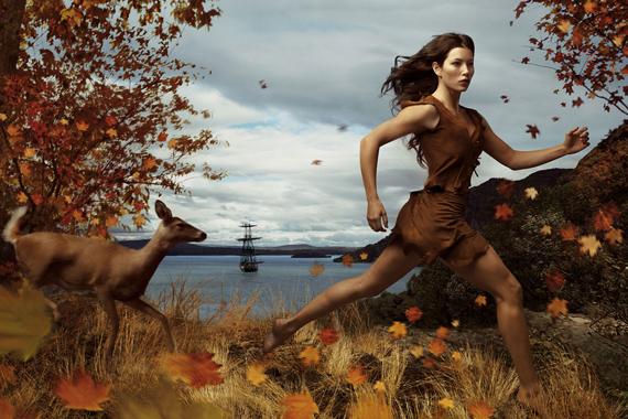Jessica Biel az indián hercegnőt, Pocahontast testesíti meg, a háttérben pedig John Smith hajója látható.