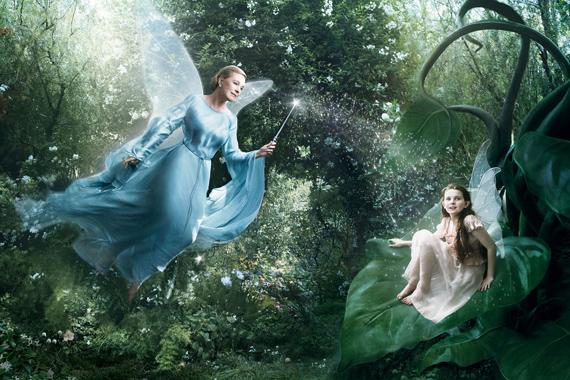 A Pinokkió Kék Tündére Julie Andrews képében jelenik meg, Abigial Breslin pedig egy másik Disney-tündért, Firát személyesíti meg.
