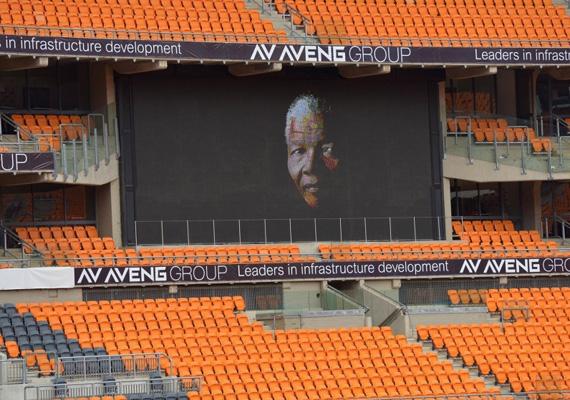 Mandela arcát ábrázolja a kivetítő, amit a Soccer City Stadionban állítottak fel a megemlékezés napjára.