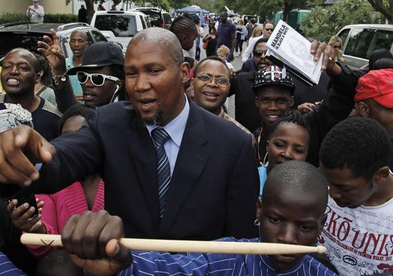 Johannesburgban már hétfőn gyülekezett a tömeg Nelson Mandela búcsúztatására.